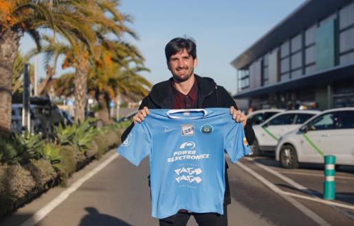 Saúl Marrupe posa con la camiseta del equipo, ayer, en el aeropuerto de Ibiza.