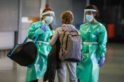Un pasajero va a someterse a una prueba PCR en el aeropuerto de Ibiza.