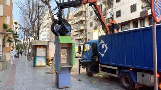 Momento en que retiran una cabina telefónica instalada en la ciudad de Ibiza.