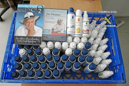 Imagen cedida por la Guardia Civil con el producto y la publicidad decomisada a los detenidos.