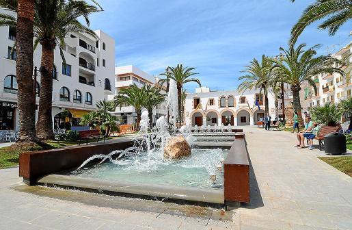 Imagen de la céntrica Plaza de España de Santa Eulària.