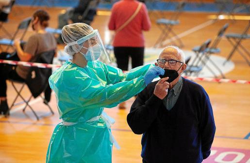 Una persona mayor se realiza el test del COVID en el pabellón de Santa Eulària.