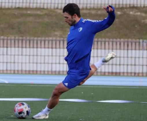 David Barca se dispone a golpear el balón durante un entrenamiento