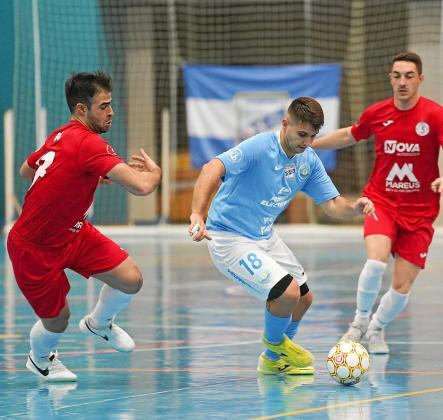 Roger Solé conduce la pelota en un lance del partido de la primera vuelta entre la UD Ibiza Gasifred y el Sala 5 Martorell.