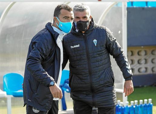 Juan Carlos Carcedo, técnico de la UD Ibiza, y Vicente Parras, míster del Alcoyano, se saludan tras el partido.