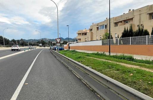 La carretera del aeropuerto discurre frente a cuatro bloques de viviendas sin ningún tipo de barreras acústicas.