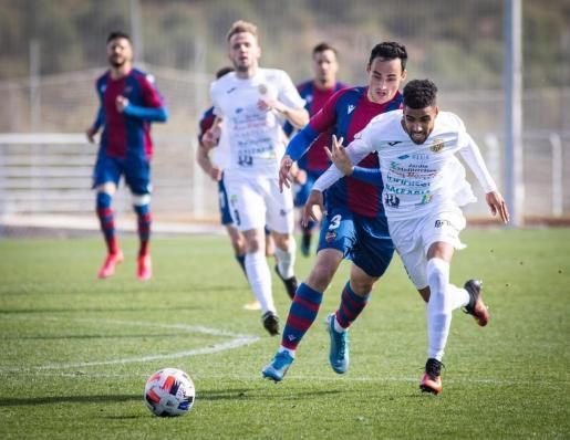 Fran Núñez se escapa de la marca de Toni Herrero en un lance del partido de ayer.