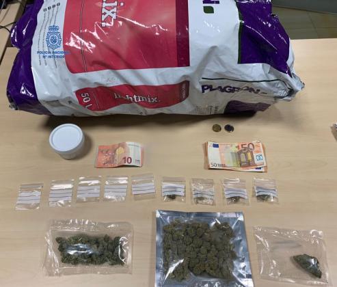 Los agentes intervinieron marihuana dentro de una bolsa de abono.
