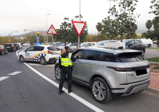 La Policía Local de Sant Antoni realiza un control.