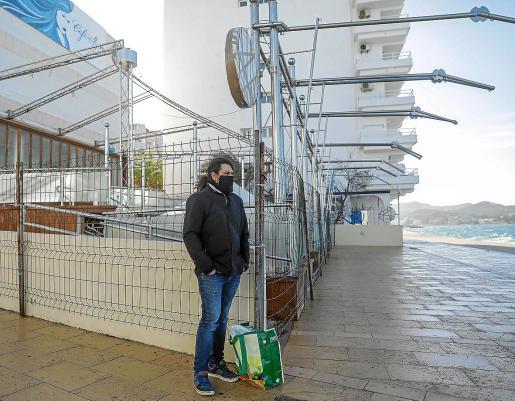 Sebastián Hanisch, delante de Café del Mar tras recojer su ayuda en Cáritas ayer por la mañana.