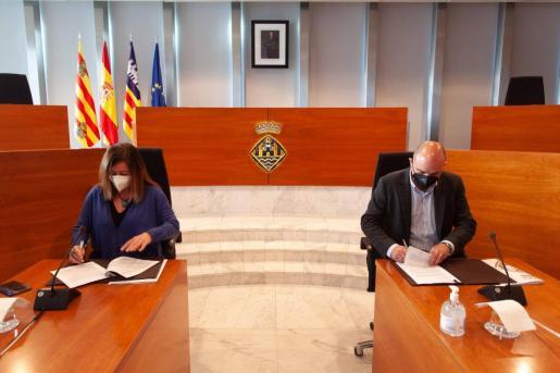 Francina Armengol y Vicent Marí, ayer, durante la firma del convenio.