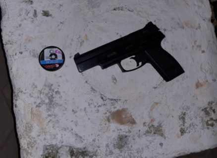 Pistola de aire comprimido conficada por la Policía.