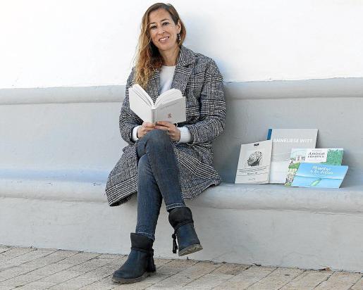 La poeta Eva Tur con alguno de sus libros ya publicados en la plaza de Santa Gertrudis.