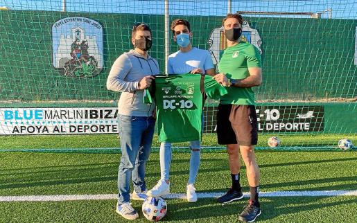 Carlos Huertas, en el centro, posa con su nueva camiseta.