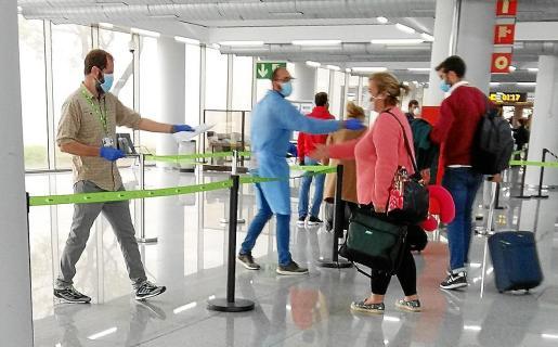 Los aeropuertos de Baleares van a seguir aplicando los controles sanitarios para evitar que la llegada de viajeros del resto de regiones y el extranjero puedan incidir en los niveles de contagios. La prevención es absoluta por parte de AENA y Salud.