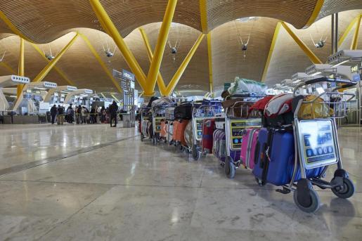 Una fila de maletas distribuidas en las instalaciones de la Terminal 4 del aeropuerto Madrid-Barajas Adolfo Suárez.