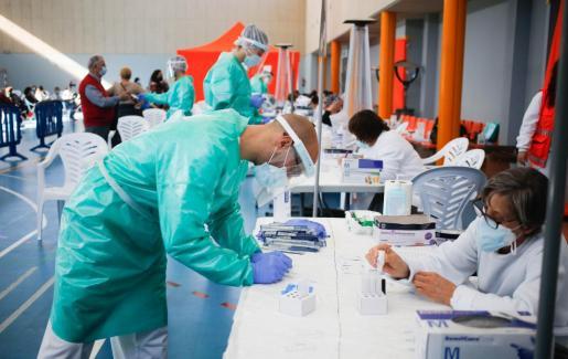 Sanitarios realizando los tests de antígenos durante el cribado en Sant Antoni.