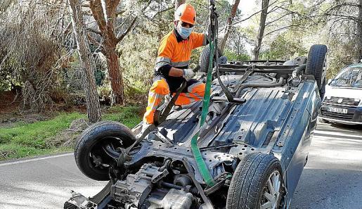 El coche fue recuperado por un equipo de auxilio en carretera.