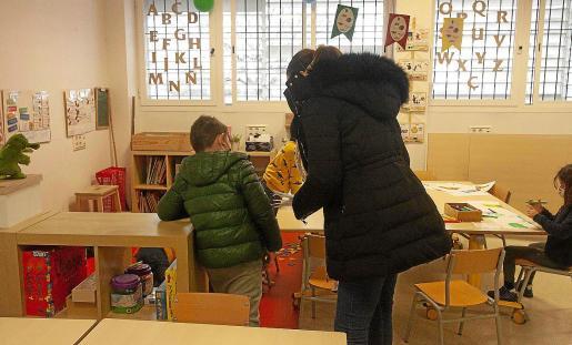 Alumnos y docentes se protegen con chaquetas porque las ventanas deben estar abiertas.