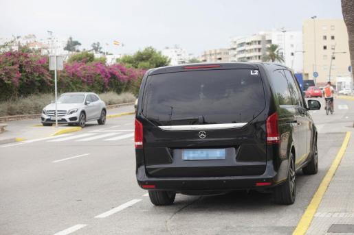Una furgoneta de servicio VTC en Ibiza.