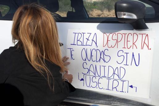 Una participante en la caravana prepara su coche para la manifestación.