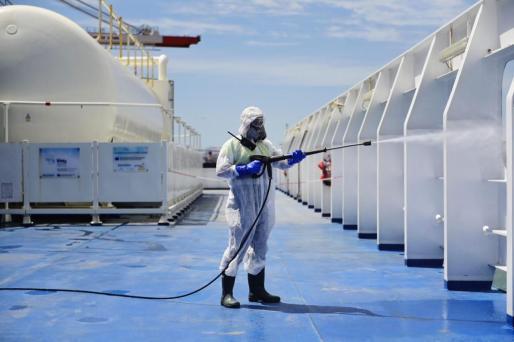 Tareas de desinfección en los buques de Baleària.
