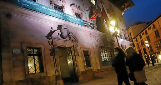 La pancarta de la Asociación Española Contra el Cáncer está colgada toda la semana en la fachada de Cort con motivo de la celebración, este jueves, del Día Mundial contra el cáncer.