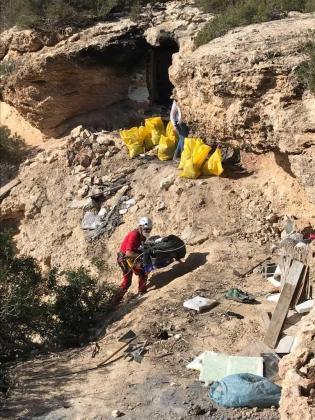 Tareas de limpieza en las proximidades de la cueva de Cala Bassa.