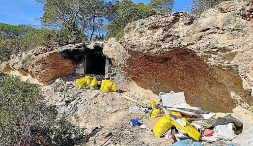 Arriba, estado actual de la cueva. Izda, la cueva llena de residuos. Dcha, un momento de la limpieza.