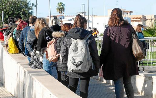 Un grupo de alumnos esperan su turno la semana pasada en el cribado de Sant Antoni.