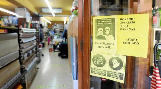 Cada vez es más habitual la presencia del cartel de «solo mañanas» en los comercios de Ibiza.