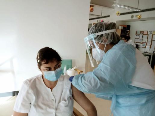 La enfermera Inés Saurina administra la vacuna a Nuria García, enfermera del Centro de día de Formentera.