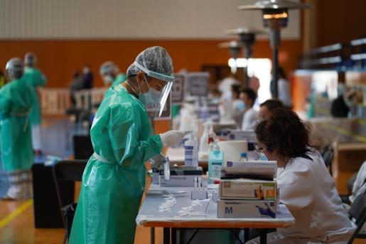 Personal sanitario realiza pruebas de antígenos durante el cribado de Santa Eulària.