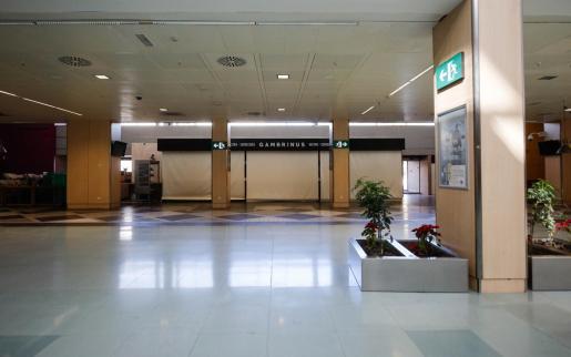 Un bar cerrado por las restricciones de la pandemia, en el aeropuerto de Ibiza.
