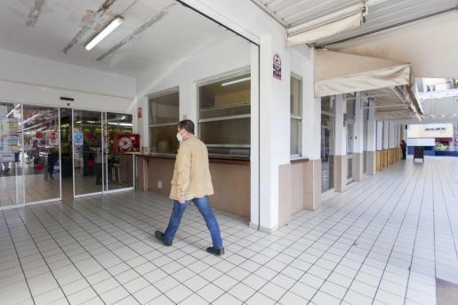 Los tres bares que circuandan el Mercat Nou permanecen cerrados.