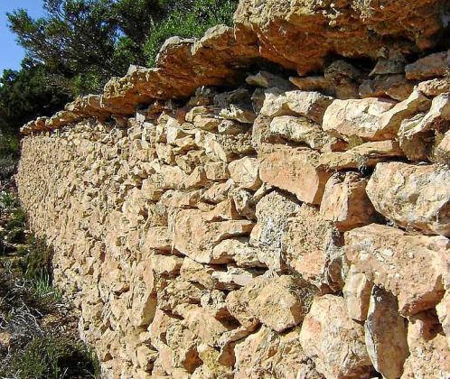 Imagen de una pared de piedra seca en Formentera.