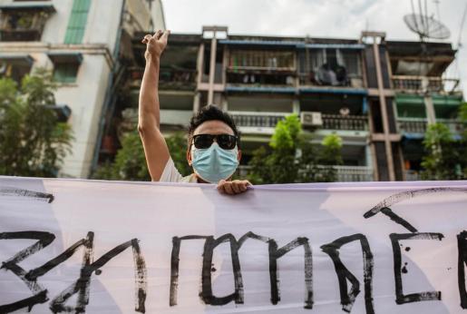 Un manifestante alza tres dedos como símbolo de protesta contra el golpe militar en Myanmar