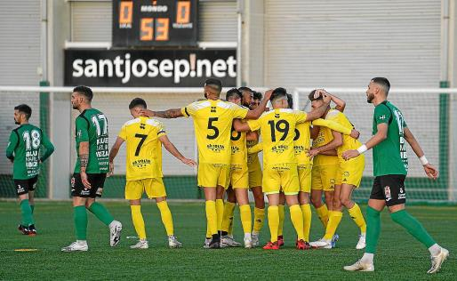 El Formentera celebra el primer gol del encuentro ante la desolación de los 'jordiers'.