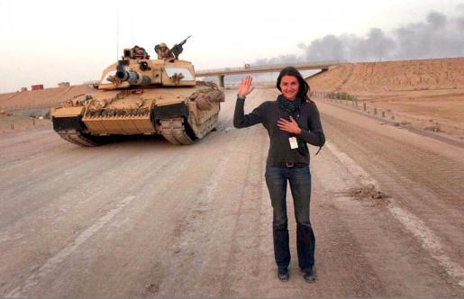 Ortensia Viasconti, delante de un tanque durante la segunda guerra de Irak, en 2003.