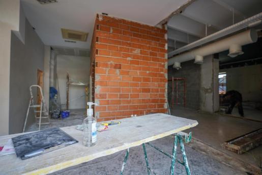 Una obra de reforma del interior de un local comercial en la zona de La Marina .
