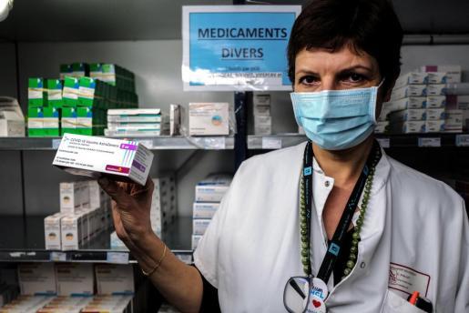 Una farmacéutica francesa muestra la vacuna de AstraZeneca.