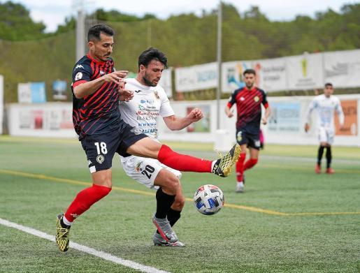 David Barca, delantero de la Peña Deportiva, pelea por el balón con Armando, del Hércules.
