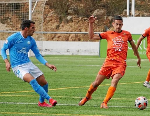 El centrocampista celeste Javi Pérez pasa la pelota ante la presión de un jugador rival.