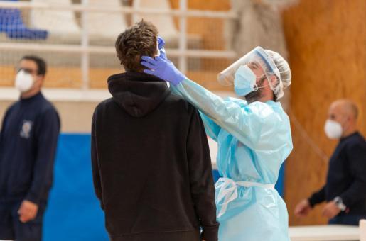 Ayer se realizaron un total de 780 pruebas de antígenos en el polideportivo Can Guerxo, la jornada con menos afluencia de gente de las cuatro que ha durado el cribado masivo en Sant Josep. Cinco personas dieron positivo a las que se hizo un segundo test PCR que será analizado en los laboratorios de Son Espases para determinar la cepa a la que pertenecen.