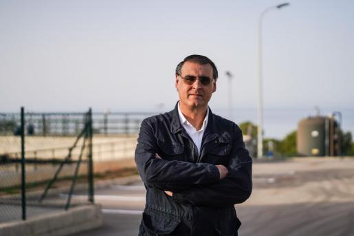 El presidente de la Comunidad de Regantes de Cala Tarida, David Noblejas, frente a la EDAR de Cala Tarida.