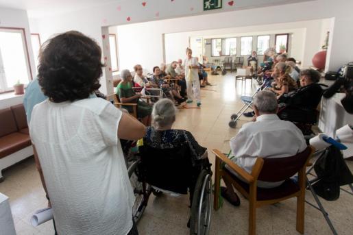 Las comunidades autónomas han tenido que asumir el pago de las prestaciones para la dependencia.