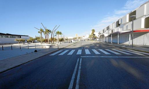 Calles vacías y establecimientos hoteleros y de ocio de Platja d'en Bossa cerrados, como se aprecia en esta imagen de ayer por la tarde.
