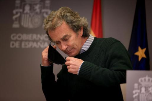 El director del Centro de Coordinación de Alertas y Emergencias Sanitarias (CCAES), Fernando Simón, se quita la mascarilla durante una rueda de prensa.