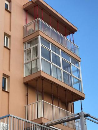 Balcón de la vivienda de la quinta planta que quedaba por apuntalar.