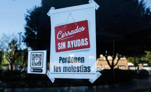 Un bar de Ibiza cuelga este letrero en su puerta.